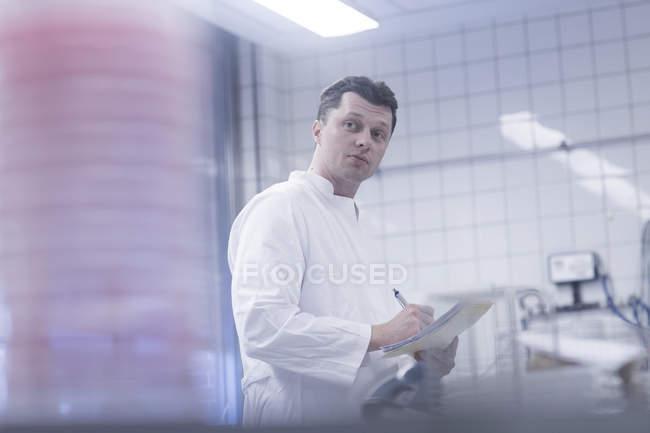 Scientist working in laboratory — Stock Photo