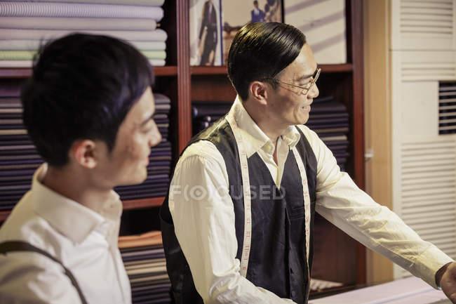Pai e filho trabalhando na loja da família alfaiates — Fotografia de Stock