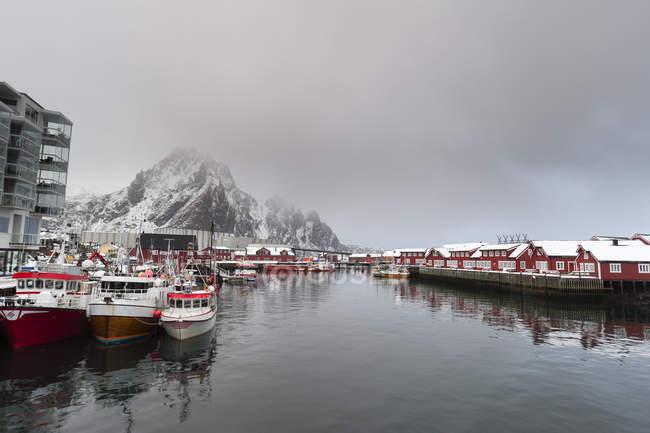 Nuages d'orage sur le front de mer, Svolvaer, îles Lofoten, Norvège — Photo de stock
