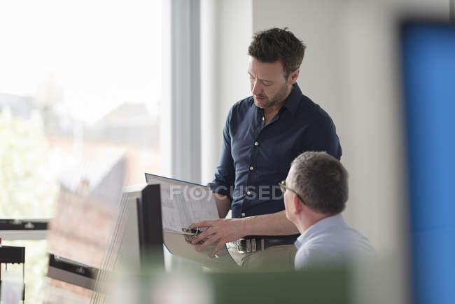 Чоловіки-колеги в обговоренні на офісному столі — стокове фото