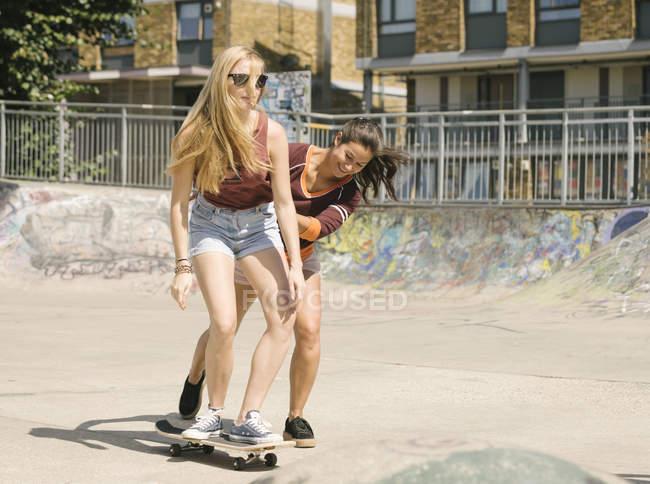 Zwei Frauen üben Skateboard Gleichgewicht im skatepark — Stockfoto