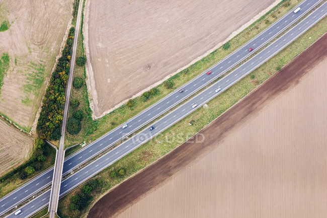 Carros na auto-estrada e campos — Fotografia de Stock