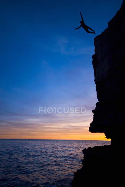 Людина, стрибати з обриву в океані — стокове фото