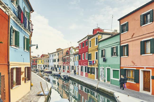 Des maisons traditionnelles multicolores et canal, Burano, Venise, Italie — Photo de stock