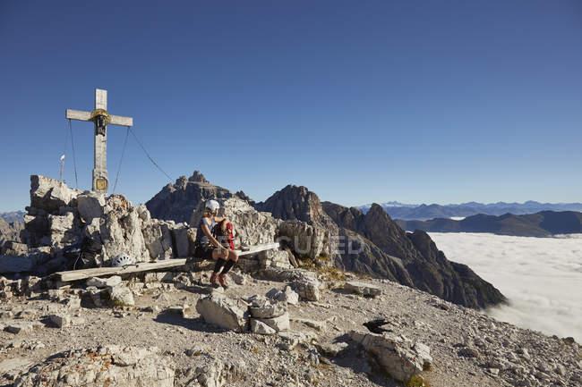 Жіночий мандрівного, сидячи на лавці Paternkofel Гора, Доломітових Альп, Sexten, Південний Тіроль, Італія — стокове фото