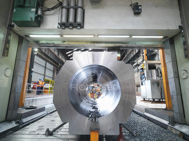 Steelworker cutting steel on gantry milling machine in engineering factory — Stock Photo