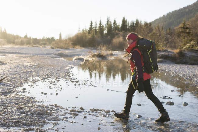 Randonneuse randonnée le long du lac dans les Alpes bavaroises — Photo de stock