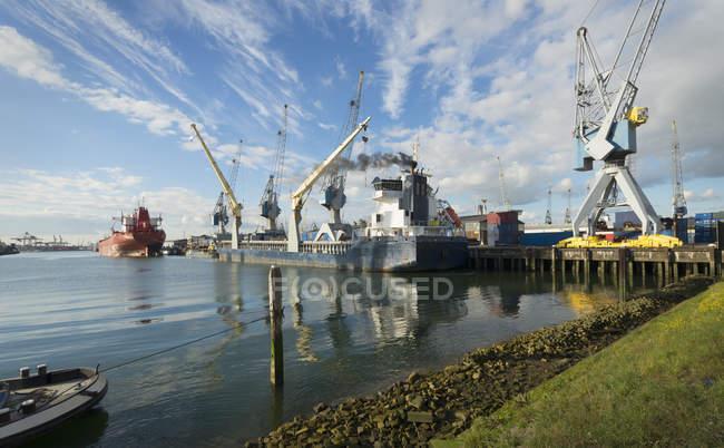 Корабли пришвартованы в Ваалхейвене, гавань Роттердама, Нидерланды — стоковое фото