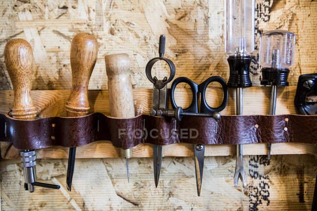 Anciens outils et accessoires sur fond en bois — Photo de stock