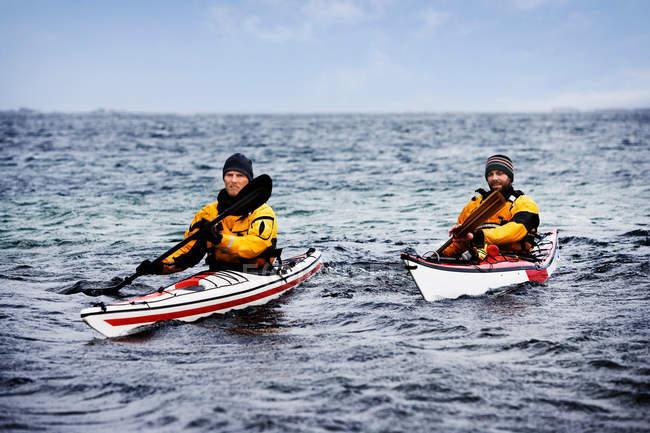 Двое мужчин катаются на каяке в море — стоковое фото