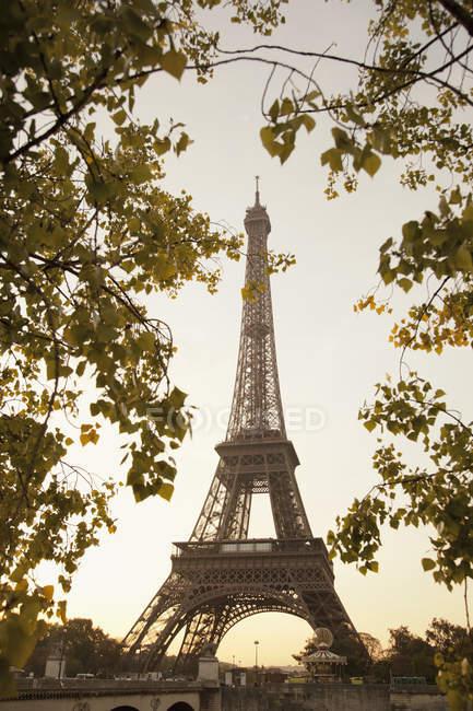 Vue du dessous de la Tour Eiffel, monument emblématique à Paris, France — Photo de stock