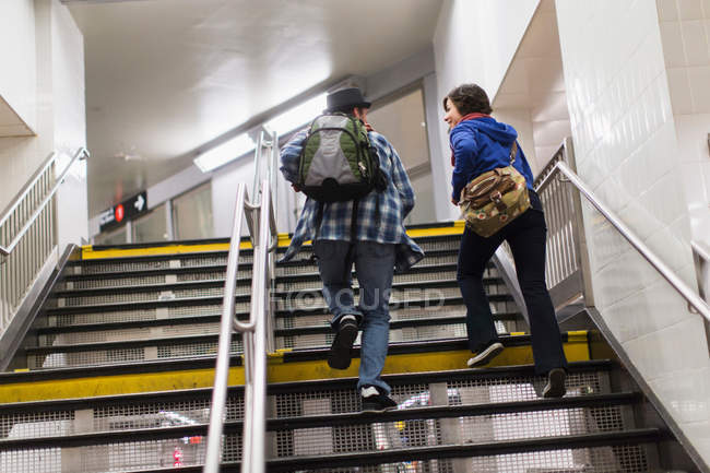 Пара сходження метро кроки — стокове фото
