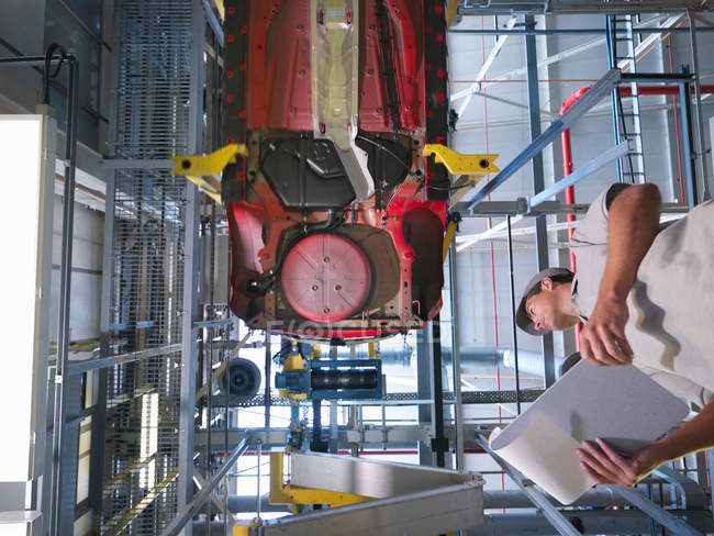 Car Plant Worker & Car From Below — Stock Photo