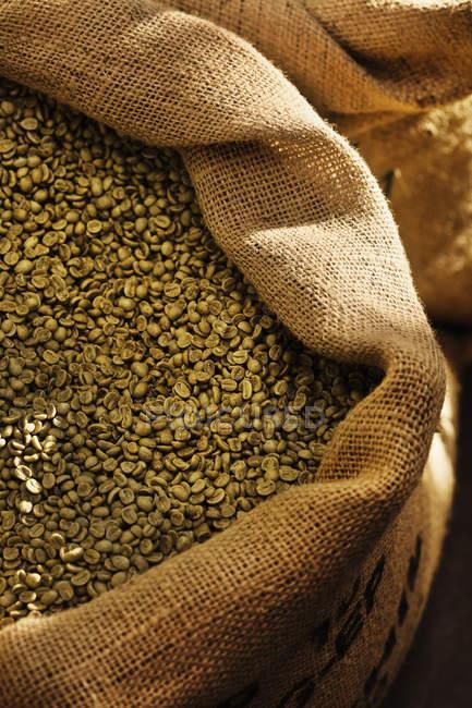 Primer plano de granos de café en saco - foto de stock