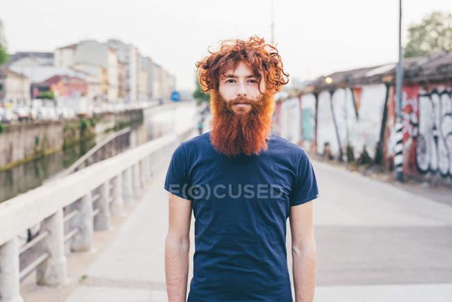 Close up retrato de jovem hipster masculino com cabelo vermelho e barba em pé na ponte — Fotografia de Stock