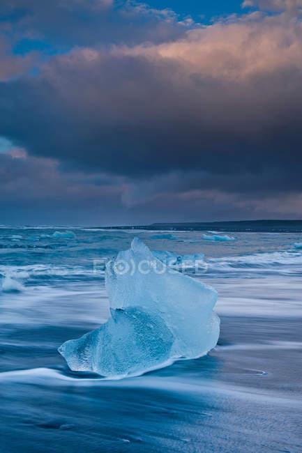 Icebergs sur la plage et le ciel orageux — Photo de stock