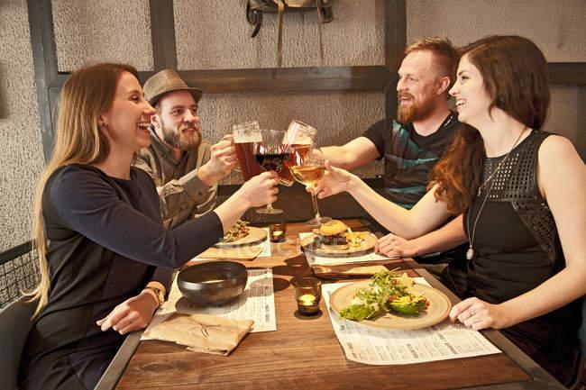 Amis griller avec des glaces de bière au bar de hipster — Photo de stock