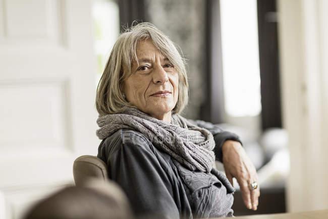 Портрет старшого жінки з сивим волоссям носити шарф — стокове фото