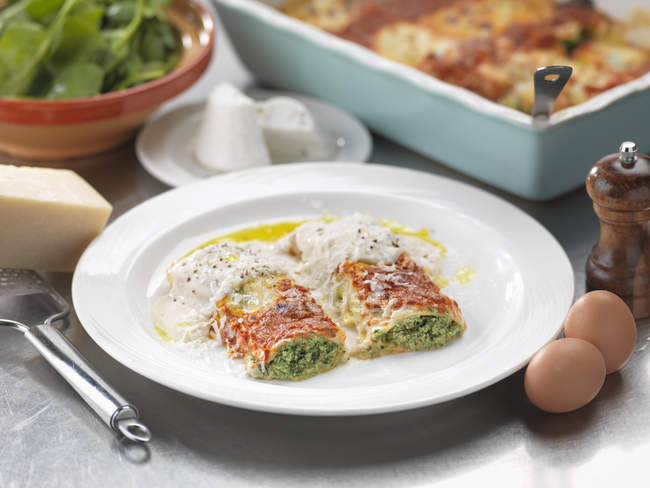 Traditional Italian meal of Ricotta Spinachi Cannelloni — Stock Photo