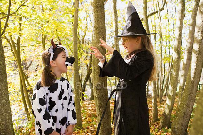 Des filles en costumes qui s'effraient les unes les autres — Photo de stock
