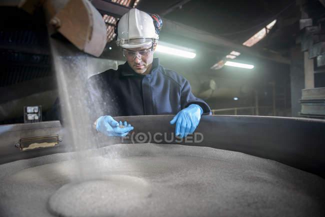 Travailleur de l'acier dans la fonderie d'acier industriel inspectant grenaille d'acier à utiliser dans le grenaillage — Photo de stock