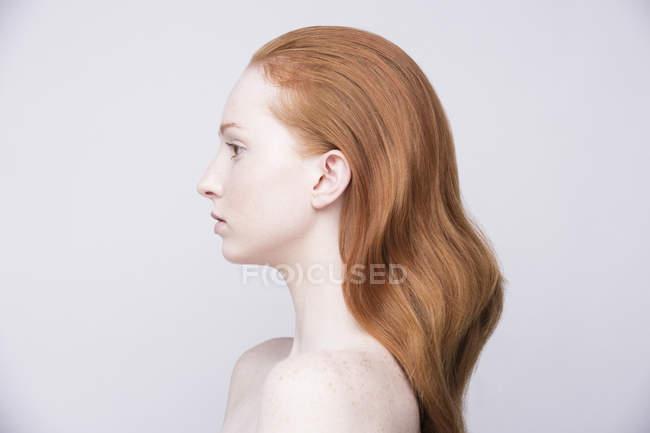 Retrato de mulher jovem, vista lateral, ombros nus — Fotografia de Stock