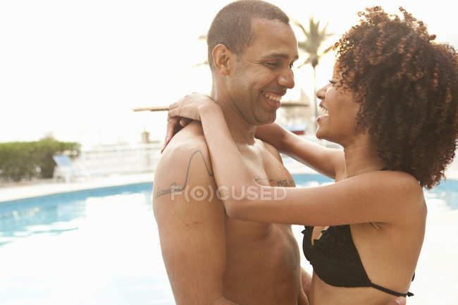 Романтична пара на готель біля басейну, Ріо-де-Жанейро, Бразилія — стокове фото