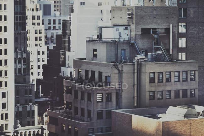 Vista de los rascacielos urbanos - foto de stock