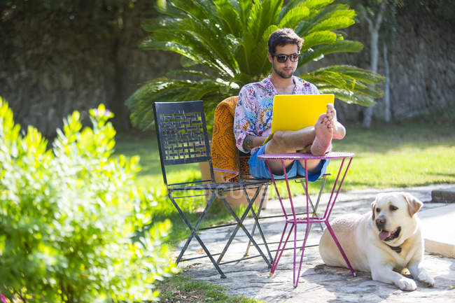 Людина з ніг вгору з використанням-лептопом — стокове фото