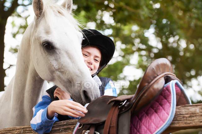 Девушка со своим пони на улице — стоковое фото