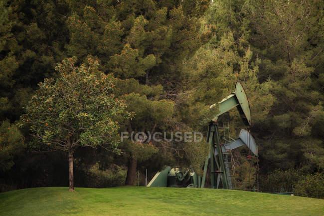 Vue des Derricks dans le puits de pétrole à la campagne — Photo de stock