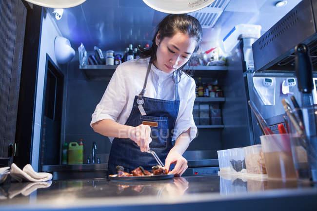 Chef dans la cuisine commerciale préparant la nourriture — Photo de stock