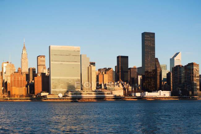 Ciudad de Nueva York skyline y paseo marítimo - foto de stock