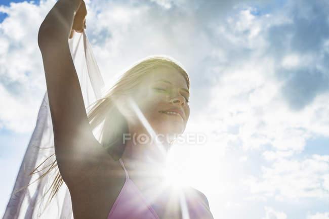 Молодая женщина с шарфом на фоне солнечного голубого неба, Майами-Бич, Флорида, США — стоковое фото