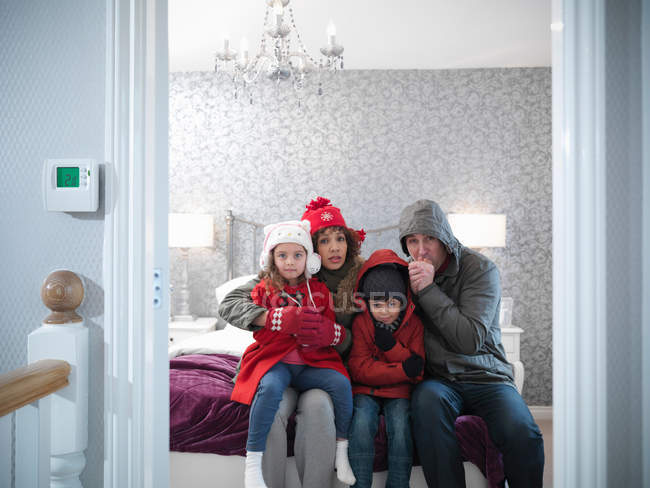 Familie trägt Winterkleidung im Schlafzimmer des energieeffizienten Hauses — Stockfoto