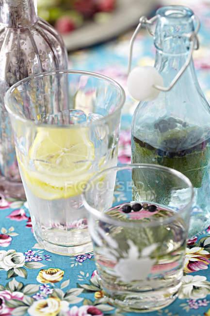 Nahaufnahme von Flaschen und Gläsern hausgemachter Limonade — Stockfoto