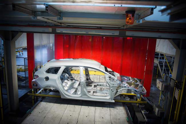Carrozzeria con robot sulla linea di produzione in fabbrica di auto — Foto stock