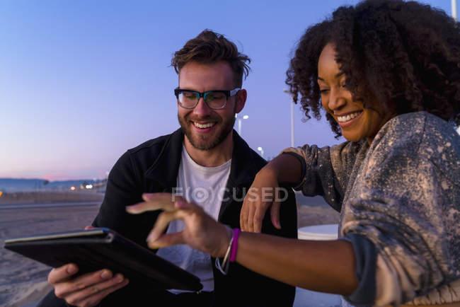 Couple en plein air, à côté de la plage, regardant tablette numérique — Photo de stock