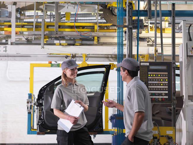 Автомобільний завод працівників на лінії виробництва — стокове фото
