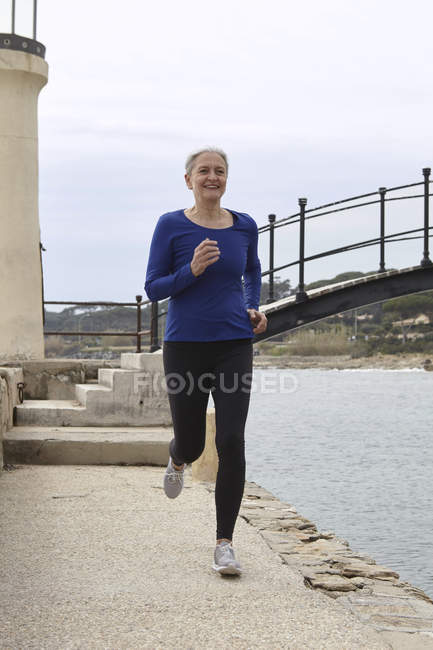 Зрелая женщина упражнения, бег, на открытом воздухе — стоковое фото