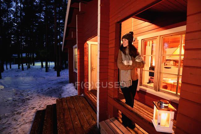Porträt der jungen Frau, Blick von der Veranda der Hütte bei Nacht, Posio, Lappland, Finnland — Stockfoto