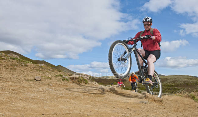 VTT vélo à travers la vallée de Reykjadalur, du Sud Ouest Islande — Photo de stock