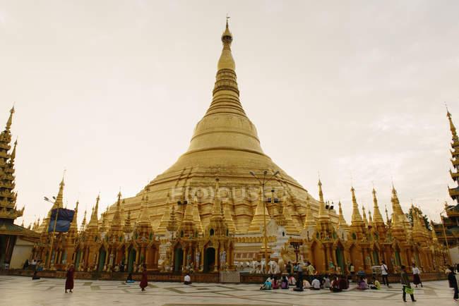 Shwedagon Pagoda and tourists, Yangan, Burma — Stock Photo