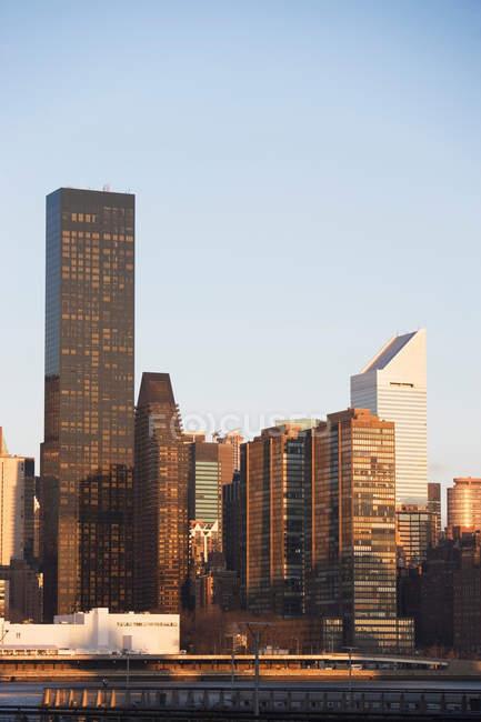New York City Skyline und Wasser bei Sonnenuntergang — Stockfoto