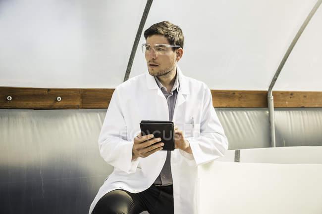 Wissenschaftler, die mit digital-Tablette in Wachstum Forschung Zentrum Poly-Pflanztunnel — Stockfoto