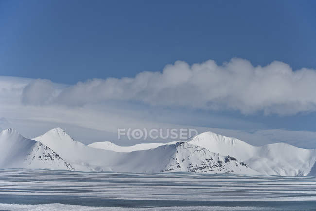 Couvert de neige, montagne et ciel bleu, Islande — Photo de stock