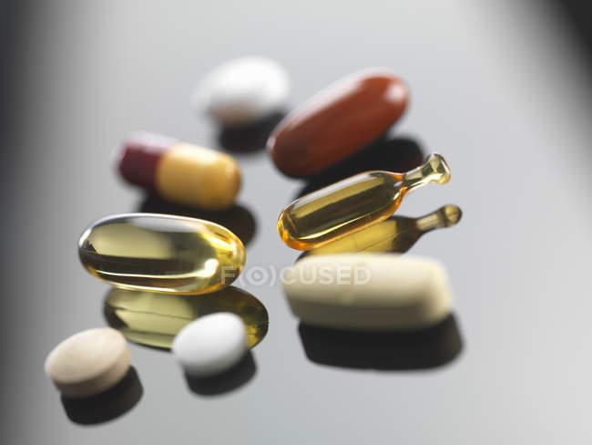 Primer plano de pila de pastillas en la superficie de vidrio - foto de stock