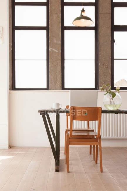 Квартира інтер'єр зі столом та стільцями — стокове фото