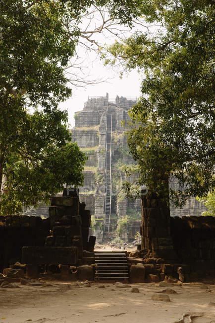 Stairs and gateway, Prasat Thom, Koh Ker, Cambodia — Stock Photo