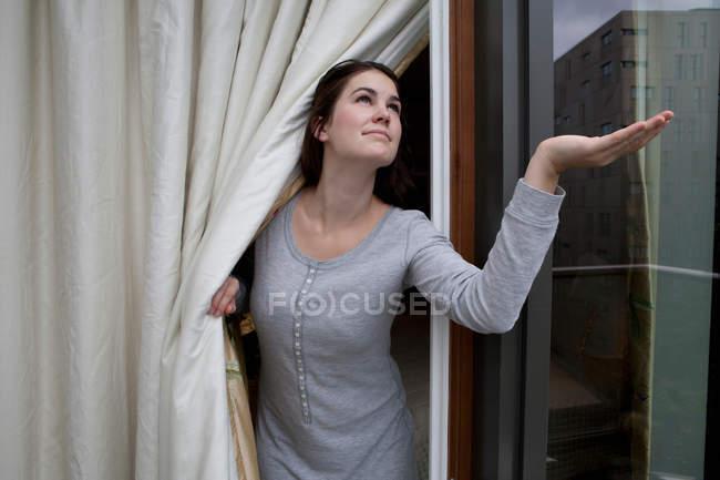 Женщина проверяет на дождь — стоковое фото